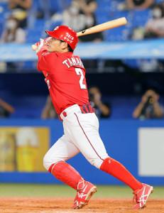 8回1死一、二塁、田中広輔は中越えに勝ち越し三点本塁打を放つ