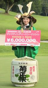 通算12アンダーで優勝した吉川