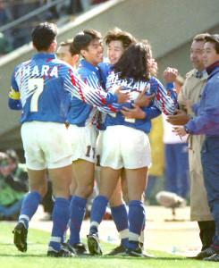 93年米国戦でゴールを決めた三浦(中央)と抱き合って喜ぶ森保(左から井原、2人おいて北澤、オフト監督)