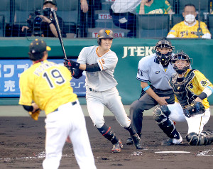 3回2死二塁、先制となる中前適時打を放つ若林晃弘(投手・藤浪晋太郎、捕手・梅野隆太郎)(カメラ・竜田 卓)