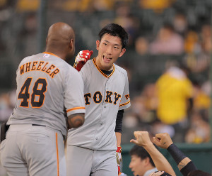 6回2死一、三塁、岡本和真の2点二塁打で、笑顔を見せながら生還した戸郷翔征(カメラ・橋口 真)