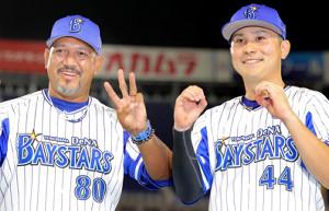 監督通算300勝を達成しウイニングボールを手に佐野恵太(右)と300を作るラミレス監督(カメラ・中島 傑)
