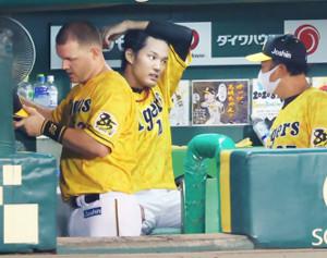 6回を投げ終え、ベンチに戻った藤浪晋太郎。この回3失点で悔しそうな表情を見せる(左はサンズ)(カメラ・竜田 卓)
