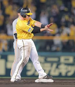 8回無死一、二塁、ボーアが適時二塁打を放ち、ベンチに向かいファイアボール