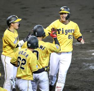 8回1死満塁、代打・中谷将大は満塁本塁打を放つナインに迎えられる