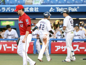 1回1死二塁、青木宣親に先制の中前適時打を打たれたジョンソン(左)(42は生還した坂口智隆)
