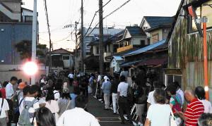 進次郎夫妻を一目見ようと純一郎氏自宅に集まる地元住民と報道陣(2019年8月)