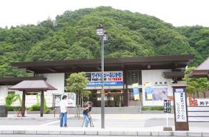 山梨・身延駅前で取材する報道関係者(2009年8月)