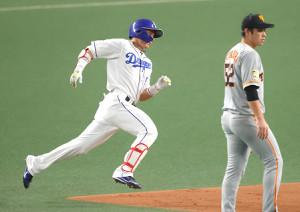 2回、左翼線への打球で二塁を回る中日・大島