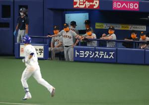 7回無死一塁、阿部寿樹(左)に左中間へ2ラン本塁打を打たれ、ベンチでうなだれる原辰徳監督(中央左)ら巨人ベンチ
