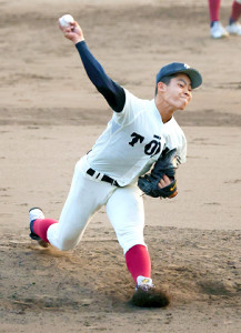 大阪桐蔭・関戸は7回から登板し、3回を1失点に抑えた(カメラ・豊田 秀一)