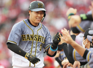 2回無死、同点ソロ本塁打を放った大山悠輔は、ベンチ前で出迎えを受け笑顔を見せた
