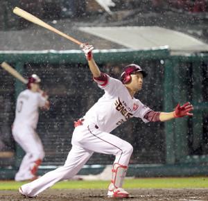 2回2死三塁、誕生日の田中和基が適時二塁打を放つ