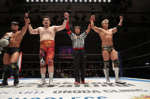 NEVER6人タッグ決勝進出を決めた(左から)SHO、矢野通(1人おいて)オカダ・カズチカ(新日本プロレス提供)