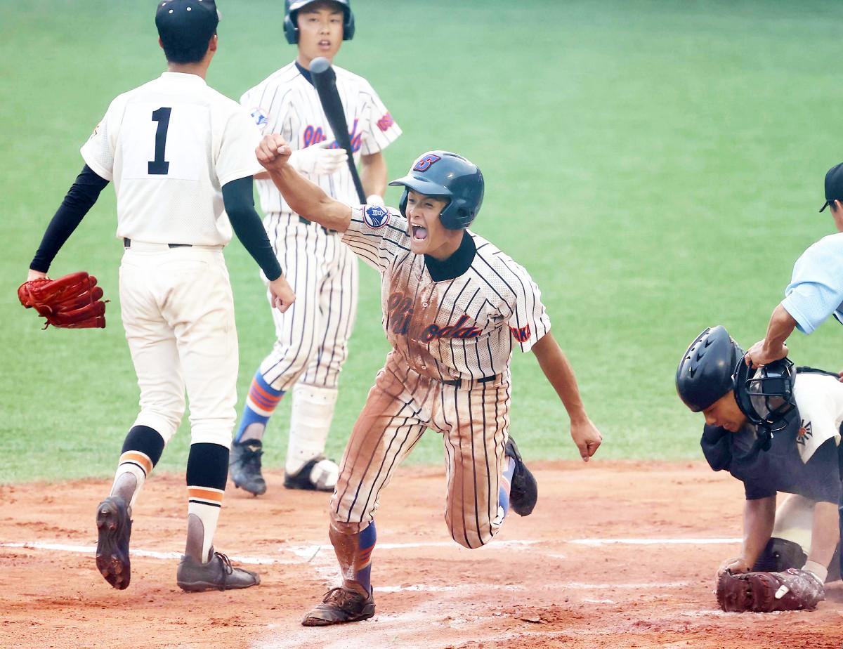 延長10回1死満塁、信太の代打・林(左から2人目)の時、捕手・佐藤がボールをはじき、その間に三塁走者・福西(中)が一気に生還してガッツポーズ(左は汎愛・児玉=カメラ・馬場 秀則)
