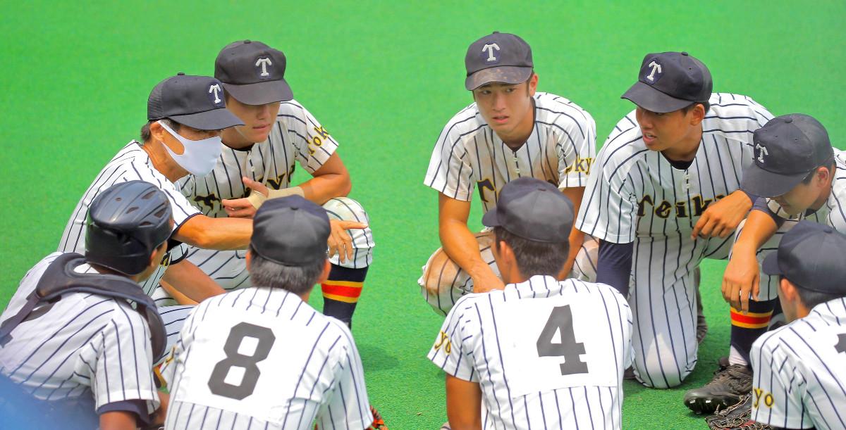 選手に指示を出す前田監督(左)