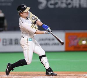 7回2死満塁、渡辺が逆転の左前2点打を放つ(カメラ・宮崎 亮太)