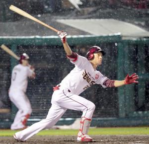2回、適時二塁打を放った楽天の田中