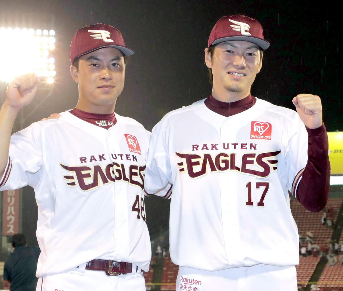 ファンの声援に応える渡辺佳明(左)と、塩見貴洋(カメラ・佐々木 清勝)