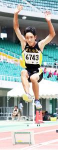 男子走り幅跳びで自己ベストの6メートル48をマークして優勝した山城ツインズの兄・碧生