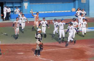 サヨナラ勝ちし、喜びを爆発させる聖光学院の選手たち(カメラ・小林 泰斗)
