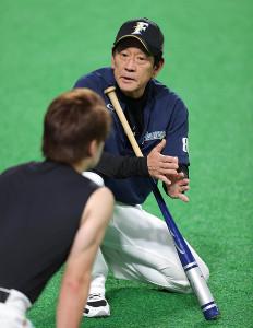 渡辺諒(手前)と会話する栗山英樹監督