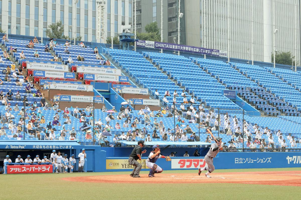 東京六大学野球の春季リーグが開幕、3回2死、慶大・瀬戸西(右)が右越え本塁打を放つ