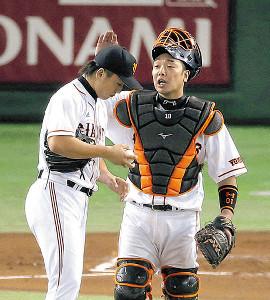 12年日本シリーズでマウンドの沢村(左)に対し、捕手・阿部がポカリと頭を叩く