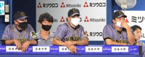 ベンチから厳しい目つきでグラウンドを見つめる矢野監督(中央)