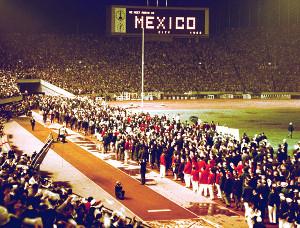 1964年東京五輪の閉会式で、スタンド前で別れを惜しむ選手たち