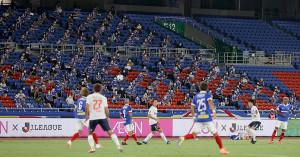 スタンドで等間隔に座り横浜M・F東京戦を観戦するサポーター(7月12日撮影)