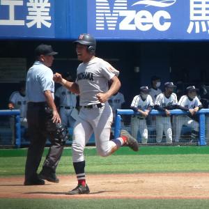 4回に6点目のホームを踏む横浜・津田