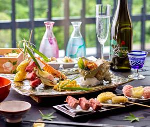 「ビアテラス神楽」で提供される彩り豊かな串揚げや串焼きなど(原宿東郷記念館提供)