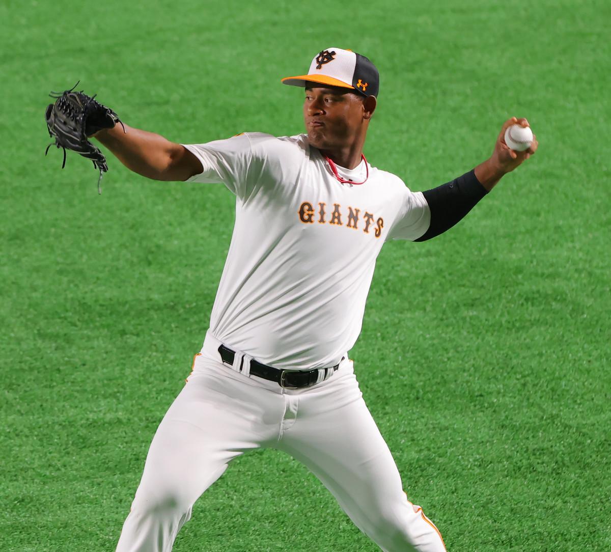 試合前練習で、キャッチボールで調整するメルセデス(カメラ・竜田 卓)