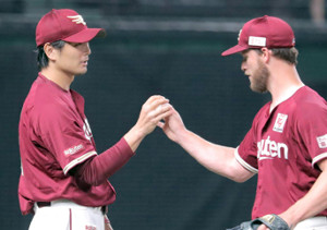 7勝目の涌井(左)はブセニッツからウィニングボールを受け取る(カメラ・清水 武)
