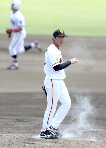 4回1死、中大・牧(後方)に右越えソロ本塁打を打たれ、肩を落とす先発投手の桜井俊貴