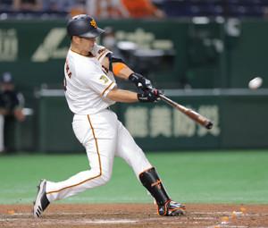 4回2死、中島宏之が左越えにソロ本塁打を放つ