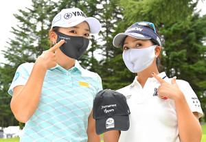 クラウドファンディングで販売されるマスクとキャップをPRする有村智恵(左)と青木瀬令奈