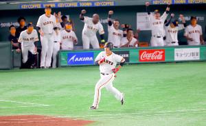 5回2死三塁、同点となる中前適時打を放ち笑みを見せて一塁に向かう岡本和真