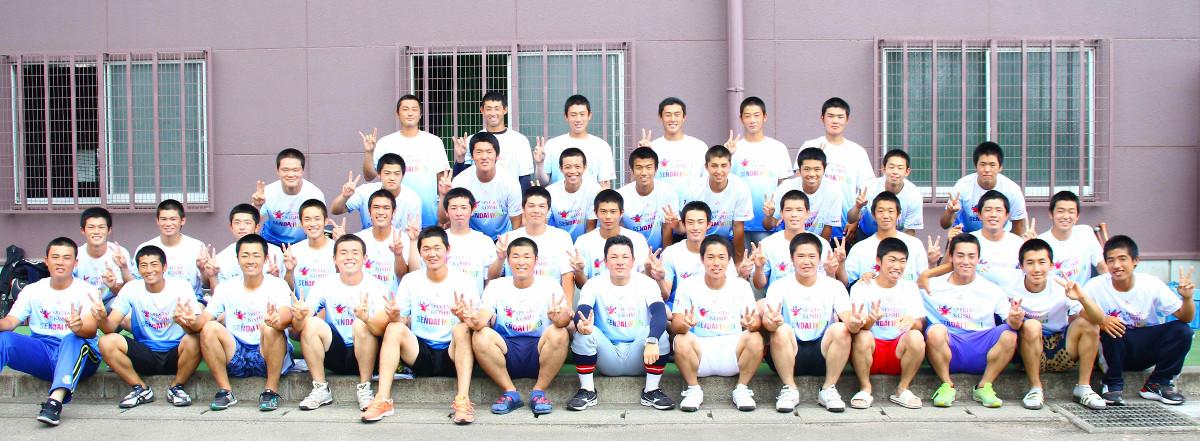 甲子園交流試合に臨む仙台育英の選手と須江監督(前列中央)は特製Tシャツを着用し笑顔を見せる