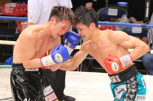 竹本雄利(左)から6R・TKO勝利した佐川遼