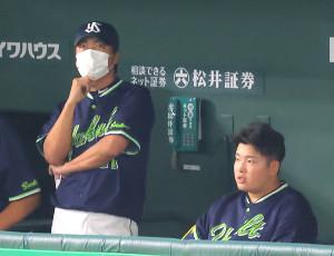9回1死、ニゴロに打ち取られた村上宗隆と高津臣吾監督(左)