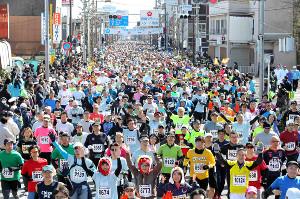 昨年の青梅マラソン。30キロの部で一斉にスタートするランナー