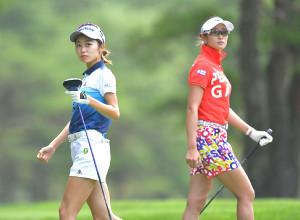 4番ティーショットを放ち打球の行方を追う安田祐香(左)と、同組の原英莉花