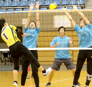 参加女子チームとの試合でスタッフチームの一員としてプレーした越川(向こう側中央)