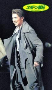 ロングコート姿でライフルを手に「SAPA」で戦闘するオバク(真風涼帆)