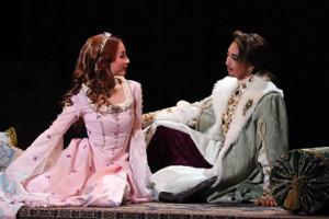 梅田芸術劇場シアター・ドラマシティで開幕した宝塚歌劇宙組「壮麗帝」の一場面。皇帝スレイマン(桜木みなと、右)とアレクサンドラ(遥羽らら)