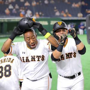 3回2死一塁、ウィーラーが5号2ランを放ち、「クルリンパ」と叫びながらパーラ(右)とパフォーマンス