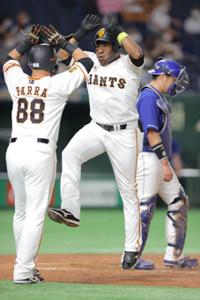 3回2死一塁、ウィーラーが左越えに5号2ラン本塁打を放ち、ハイジャンプでパーラとタッチ(カメラ・橋口 真)