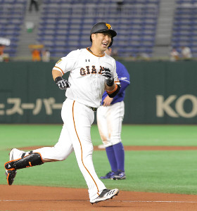 6回1死二、三塁、左中間へ3ラン本塁打を放ち通算200号本塁打を達成し笑顔の中島宏之(カメラ・中島 傑)